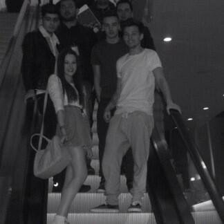 (04.04) Gifs du concert / (05.04) Niall & Bressie / Danielle, Perrie, Jawaad, Jay & Sam Teasdale au concert à l'O2 Arena, Londres ♥