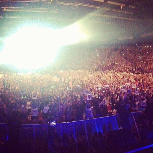 """Photo Instagram du concert d'Amnéville posté par d'Harry / (30.04) Danielle au Love Our Love à Londres / (01.05) A Bruxelles (Belgique) Harry & Niall devant l'hôtel, près du Tour Bus / Les Gars pour """"JIM"""" ♥"""