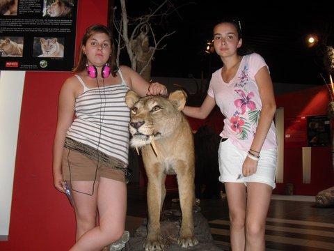 ma cousine et moi avec un tigre a dent de sabre <3
