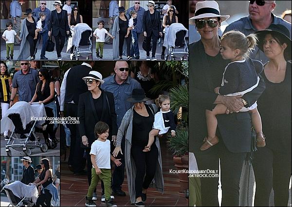 . 22/08/2014 : Kourtney, Mason, Penelope, Kim, North & Kris sont allés dîner dans un resto de San Diego. Kourtney porte un chapeau Maison Michel à 377¤ & des ballerines Chanel. .