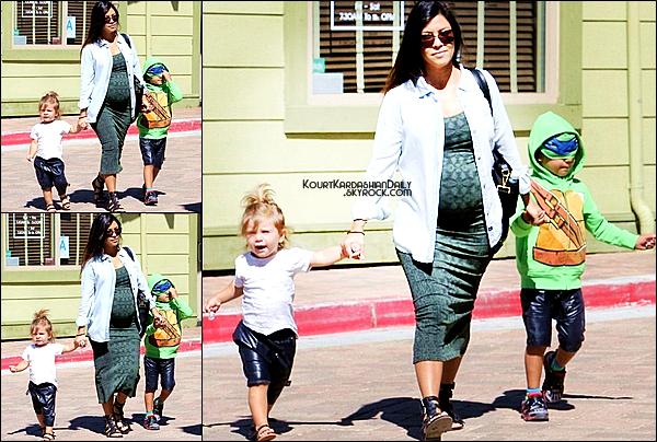 . 06/09/2014 : Kourtney, Mason & Penelope sont allés faire du shopping dans Calabasas. Kourtney porte une chemise Rails à 106¤, une robe Tees & des spartiates Sigerson Morrison à 173¤. .