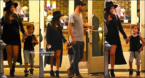 . 11/09/2014 : Le soir, Kourtney, Scott & Mason sont allés dîner au restaurant à Calabasas. Kourtney porte un sac Proenza Schouler & des bottines Yves Saint-Laurent.  .