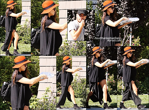 . 11/09/2014 : Enfin, Kourtney, Mason & Penelope sont allés à Barneys New York à Beverly Hills. Kourtney porte des lunettes Yves Saint-Laurent à 272¤ & des bottines Yves Saint-Laurent à 795¤.  .