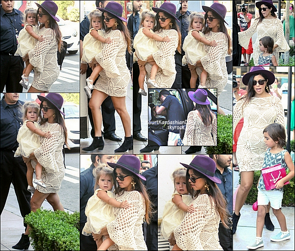 . 11/09/2014 : Kourtney, Scott, Mason & Penelope sont allés à American Girl Doll Store à Los Angeles. Kourtney porte un chapeau H&M à 14¤, des lunettes Yves Saint-Laurent à 272¤ &  des bottines Yves Saint-Laurent à 795¤.  .