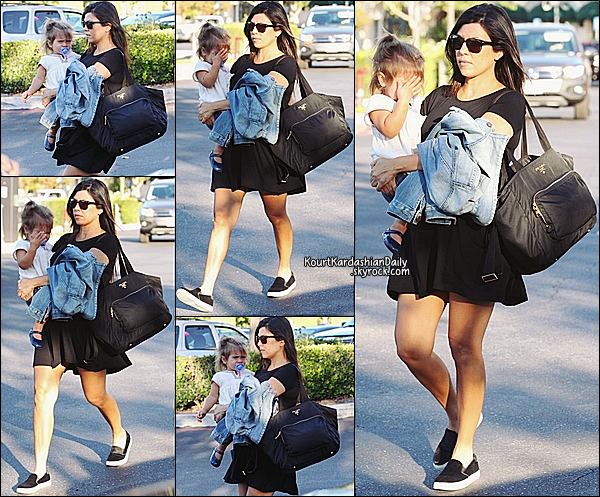 . 16/09/2014 : Le soir, Kourtney est allée dîner au restaurant avec Scott à Calabasas. Kourtney porte des ballerines Chanel. .