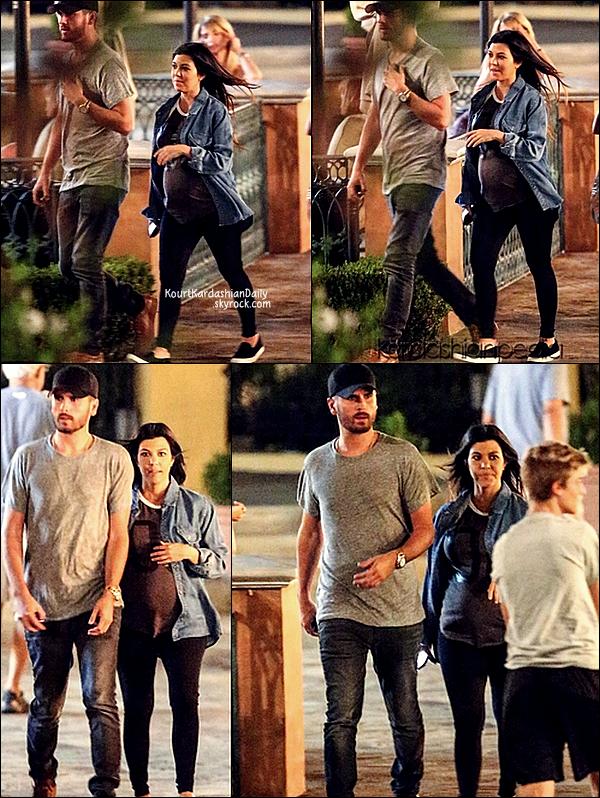 . 17/09/2014 : Le soir, Kourtney & Scott sont allés dîner au  Toscanova Restaurant à Calabasas. Kourtney porte des ballerines Chanel. .