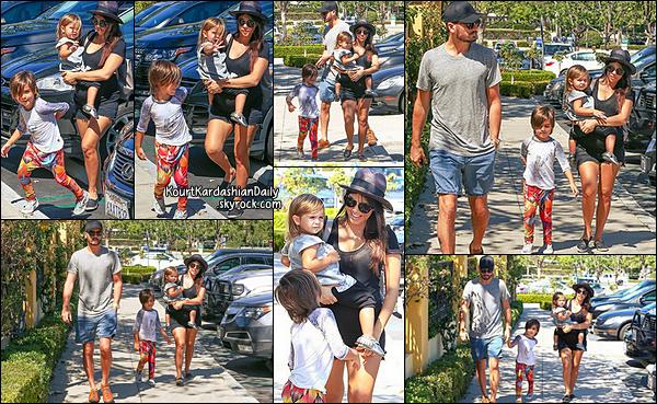 . 21/09/2014 : Kourtney & sa famille sont allés déjeuner au Marmalade Restaurant à Calabasas. Kourtney porte un sac Proenza Schouler & des ballerines Chanel. .