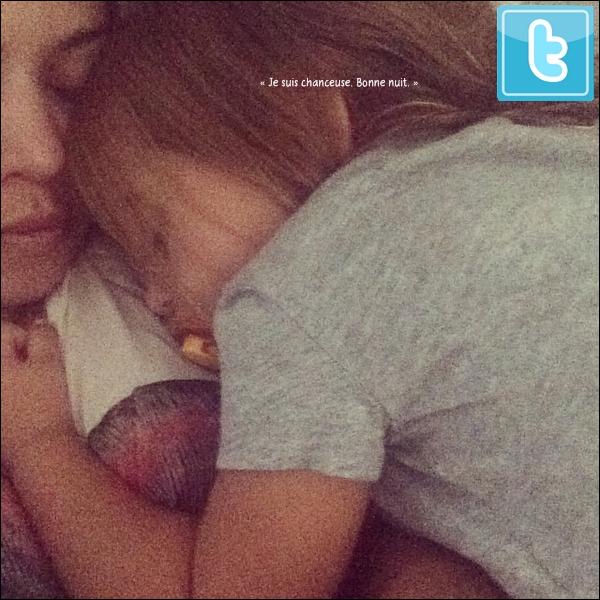 . 04/10/2014 : Kourtney a emmené Penelope déjeuner dans un restaurant à Calabasas. Kourtney porte des lunettes Céline, une chemise Rails & un t-shirt Lauren Moshi. .