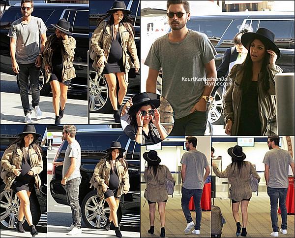 . 10/10/2014 : Kourtney & Scott ont été vus à LAX Aiport pour se rendre à Las Vegas. Kourtney porte une robe Seraphine à 77¤ & des bottines Yves Saint-Laurent. .
