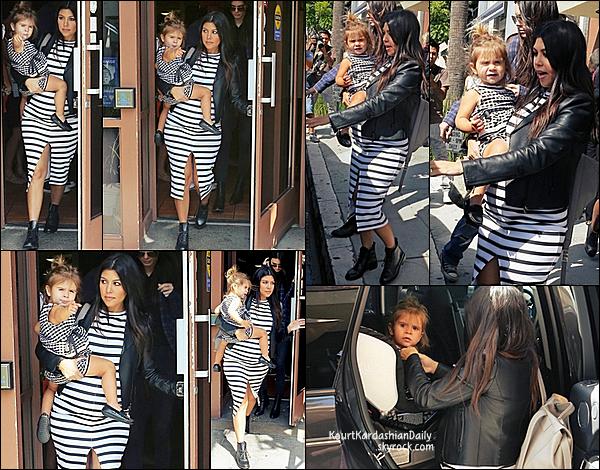 . 14/10/2014 : Kourtney & Penelope sont allées déjeuner avec Kendall Jenner à Nate'n Al Delicatessen Restaurant à Beverly Hills. Kourtney porte une veste Valentino &  un sac Proenza Schouler. .