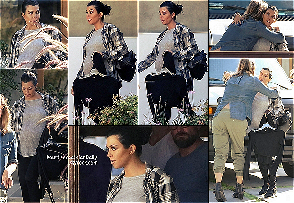 . 15/10/2014 : Kourtney a été vue quittant la maison d'une amie dans Studio City. Kourtney porte des baskets Nike. .