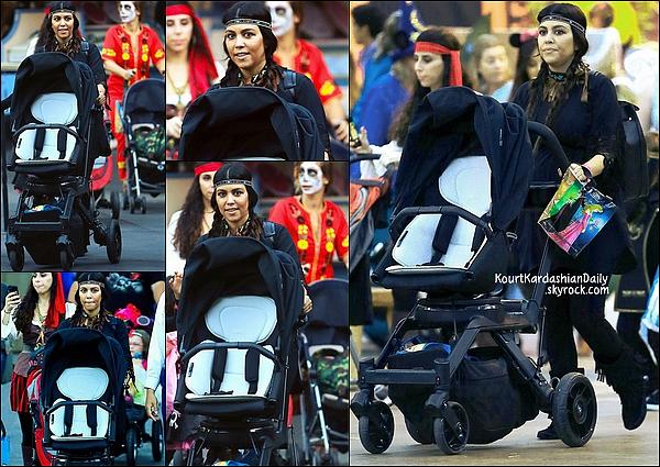. 21/10/2014 : Kourtney a emmené Mason au parc Disneyland à Anaheim. .