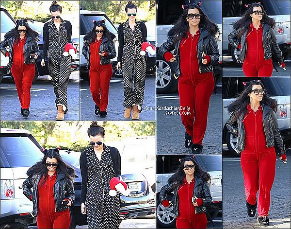 . 16/11/2014 : Kourtney a été vue se rendant à sa Baby Shower avec ses meilleurs amies à IHop Restaurant dans Tarzana puis est repartie quelques heures plus tard. Kourtney porte des lunettes Yves Saint-Laurent à 272¤. .