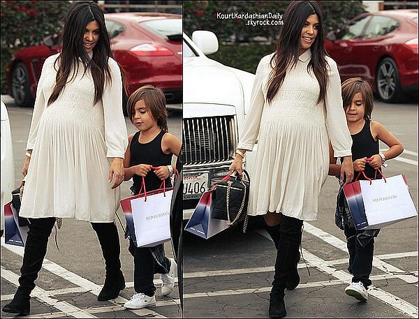 . 20/11/2014 : Enfin, Kourtney est allée au magasin Ralph Lauren à Beverly Hills. Kourtney porte des bottes Stuart Weitzman à 630€ & un sac Chanel. .