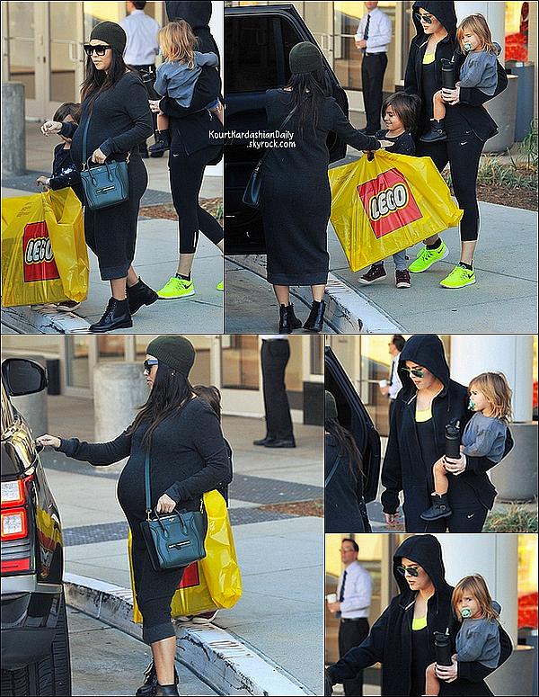 . 22/11/2014 : Kourtney & Khloé ont emmené Mason & Penelope au Westfield Mall à Woodland Hills. Kourtney porte un bonnet Ralph Lauren, des lunettes yves Saint-Laurent à 272€ & un sac Céline. .