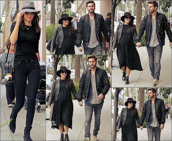 . 05/12/2014 : Kourtney & Scott sont déjeuner à Nate'n Al Delicatessen Restaurant à Beverly Hills. Kourtney porte un manteau Valentinoà 3888¤, un chapeau Maison Michel à 380¤, des lunettes Yves Saint-Laurent à 292¤ & un sac Chanel.  .