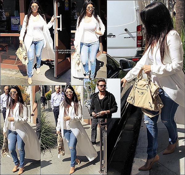 . o9/o3/2o15 : Kourtney & Scott sont allés déjeuner au « Nate'N Al Delicatessen Restaurant »  - à Beverly Hills. ● Kourtney porte des Lunettes Illesteva, un Sac Balenciaga,un Jeans AG  à 215¤ & des Escarpins Manolo Blahnik à 595¤.   .
