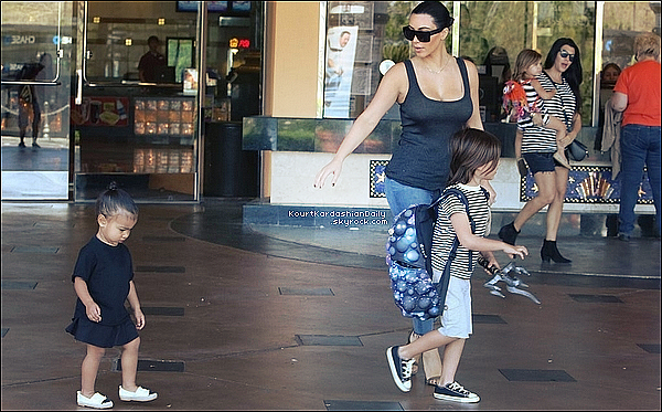 . 28/o3/2o15 : Kourtney & Kim ont emmenées Mason, Penelope & North « au Cinéma » - à Calabasas. ● Kourtney porte un sac Givenchy à 1836¤ & des Bottines Yves Saint-Laurent.   .