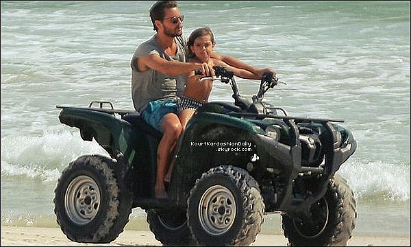 . o9/o5/2o15 : Kourtney a été vue avec Penelope en train de « Se Reposer » - à Punta Mita. ● Kourtney porte un Maillott de Bain Mara Hoffman à 90¤.  .
