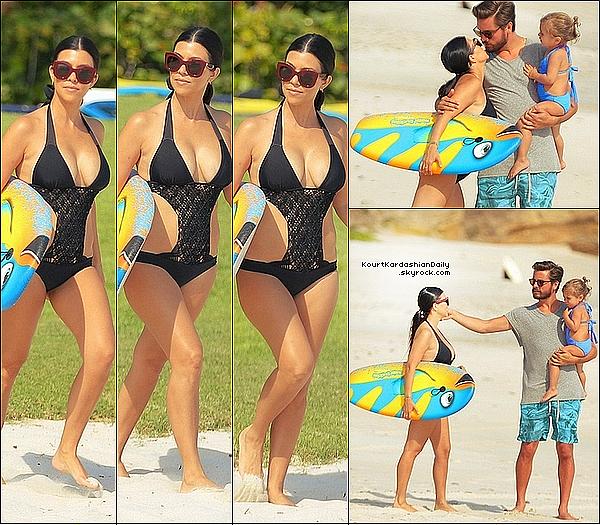 . o8/o5/2o15 : Kourtney, Scott & Penelope ont été vus « s'amusant sur une plage » - à Punta Mita. ● Kourtney porte un Maillot de Bain Tori Praver à 300¤.  .