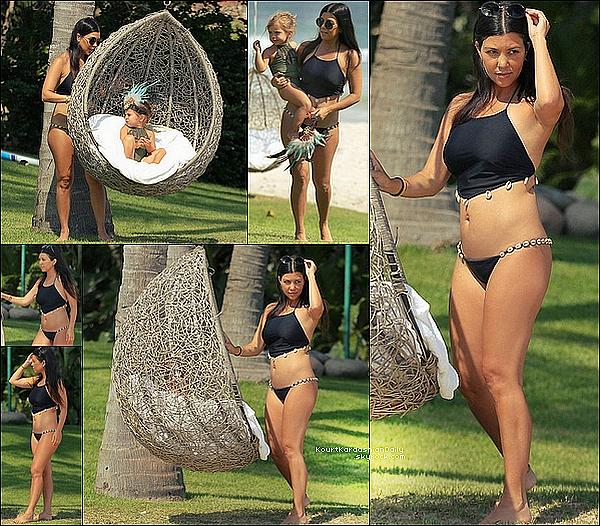 . 1o/o5/2o15 : Kourtney a été vue avec Penelope en train de « Jouer près de la Plage » - à Punta Mita. ● Kourtney porte un Bikini Rei.  .