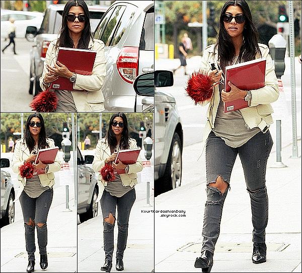 . o9/o6/2o15 : Kourt a été vue « Quittant un Rendez-Vous professionnel » - à Beverly Hills. ● Kourtney porte une Veste Alexander McQueen & un Jeans J.Brand à 200¤.  .