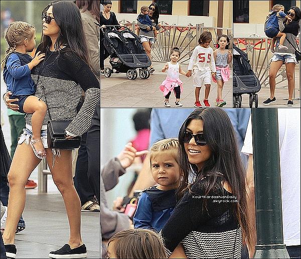 . 12/o6/2o15 : Kourt a emmené Mason, Penelope & leurs amis dans « Un parc de Jeux » - à Universal Studios. ● Kourtney porte un Sac Givenchy à 1900¤ & des Ballerines Kenneth Cole à 80¤.  .