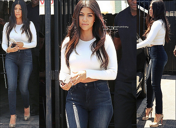 . o3/o7/2o15 : Kourtney a été vue quittant le studio « Bunim/Murray Productions » - à Van Nuys. ● Kourtney porte un Jeans Frame à 200¤ & des Chaussures Christian Louboutin.  .