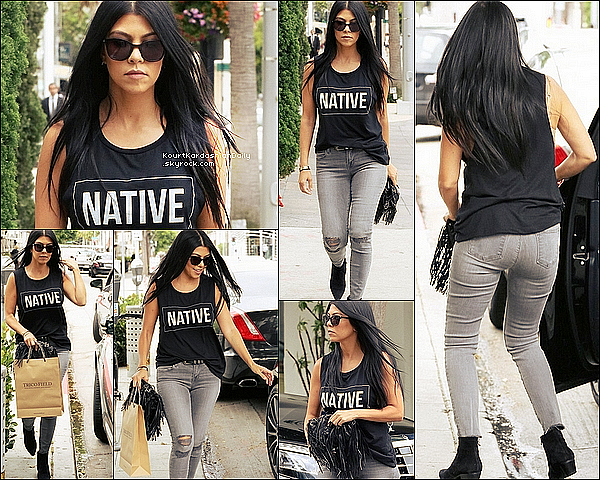 . 2o/o7/2o15 : Kourtney est allée au « Trico Field Store » - à Beverly Hills. ● Kourtney porte des Lunettes Yves Saint-Laurent à 320¤, un T-shirt M.E. & You, un Jeans JBrand à 207¤, un Sac Chanel & des Bottines Yves Saint-Laurent.  .