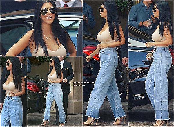 . o7/o8/2o15 : Le soir, Kourt est allée dîner à « Nobu Restaurant » pour l'anniversaire de Kylie - à Malibu. ● Kourtney porte une Veste Balenciaga à 2460¤, un Pantalon Asos à 50¤ & un Sac Chanel.  .