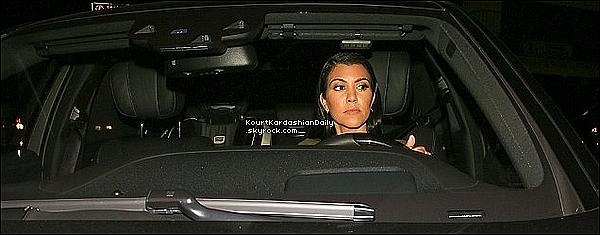 . 14/o8/2o15 : Kourtney & des amies sont allées dîner à « Craig's Restaurant » pour voir Scott - à West Hollywood. ● Kourtney porte un Top Asilio Stolen à 120¤, un Sac Celine & un Pantalon Frame à 160¤.  .