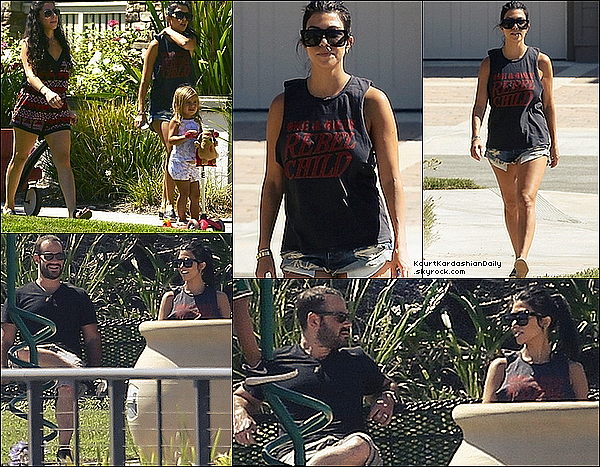 . 15/o8/2o15 : Kourtney, une amie, Mason & Penelope sont allées dans un « Parc de Jeux » - à Los Angeles. ● Kourtney porte un T-Shirt Mate the Label à 55¤, un Short One Teaspoon à 95¤ & des Ballerines Chanel.  .