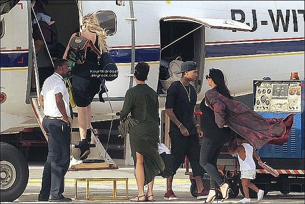 . 21/o8/2o15 : Kourtney,  Mason, Penelope & Reign ont été vus à « St Barth Airport » avec toute la famille - à St Barth. ● Kourtney porte des Chaussures Stella McCartney.  .