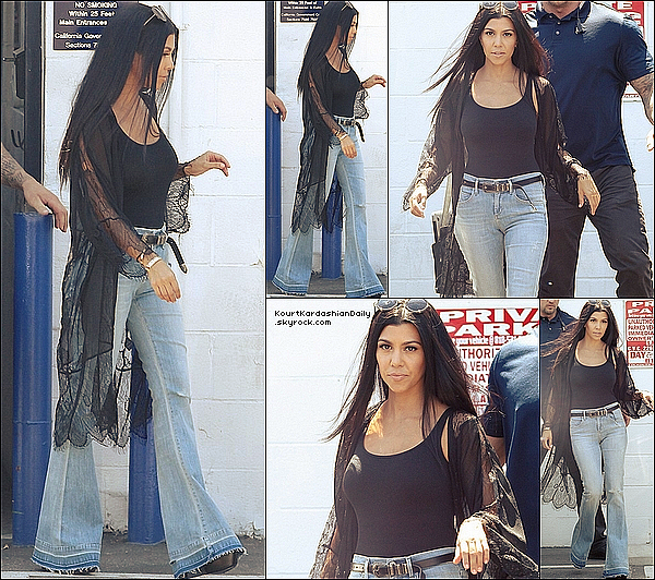 . 28/o8/2o15 : Kourtney a été vue quittant les «  Studios d'Enregistrement » - à Van Nuys.  ● Kourtney porte un Gilet Nasty Gal à 60¤, une Ceinture Yves Saint-Laurent à 380¤ & un Jeans Citizens of Humanity à 240¤.  .