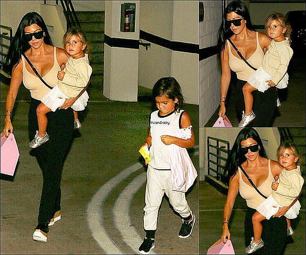 . o1/o9/2o15 : Kourtney, Mason & Penelope ont été vus sur le « Parking d'un Immeuble » - à Los Angeles. ● Kourtney porte un Sac Givenchy & des Chaussures Stella McCartney à 855¤.  .