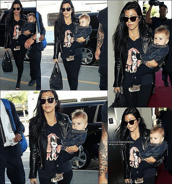 . 12/o9/2o15 : Kourtney & Reign ont été vus à « LAX Airport » - à Los Angeles. ● Kourtney porte une Veste Yves Saint-Laurent à 4695¤, un T-Shirt StyleStalker à 70¤, un Sac Hermes à 14640¤ & des Bottines Stuart Weitzman à 510¤.  .