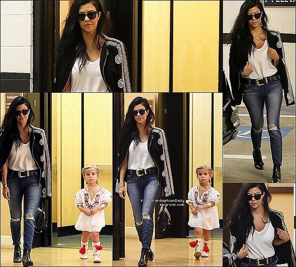 . 18/o9/2o15 : Kourtney & Penelope ont été vus « Se rendant au travail » - à Beverly Hills. ● Kourtney porte une Veste Sass&Bide.  .