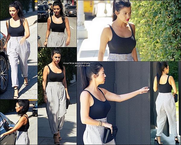 . o1/1o/2o15 : Kourtney s'est rendue à un « Rendez-vous professionnel » - à Los Angeles. ● Kourtney porte un Sac Celine, un Pantalon Line&Dot à 110¤ & des Sandales Alexander Wang à 430¤.  .