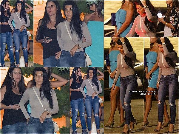 . o8/1o/2o15 : Kourtney est allée dîner à « Nobu Restaurant » - à Malibu. ● Kourtney porte des Lunettes Westward Leaning à 200¤, un Top NW à 30¤, un Sac Kardashian Kollection à 65¤ & Escarpins Gianvito Rossi à 675¤.  .