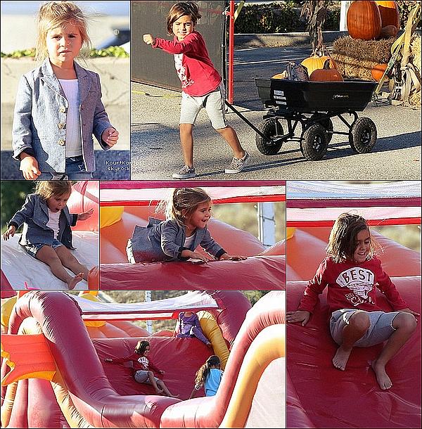. 29/1o/2o15 : Kourt a emmené Mason & Penelope pour « Acheter des Citrouilles » pour fêter Halloween - à Calabasas. ● Kourtney porte un Jeans JBrand à 210¤ & des Chaussures Sol Sana à 180¤.  .