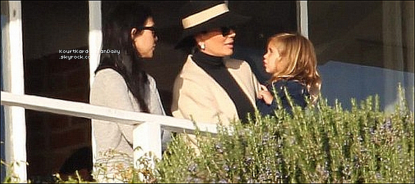 . 01/11/2o15 : Kourt & Kris ont emmené les enfants voir leur père au « Cliffside Rehab Center » - à Malibu. ● Kourtney porte une Casquette Hat Attack à 80¤ & un T-Shirt Lovers & Friends à 45¤.  .
