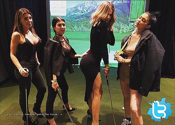 . 09/12/2o15 : Le soir, Kourt, Kris, Khloé & Kendall sont allées au  « Concert de The Weeknd » qui avait lieu dans la salle de sport The Forum - à Inglewood. ● Kourtney porte une Veste Valentino à 2085¤ & un Top House of CB à 55¤.  .