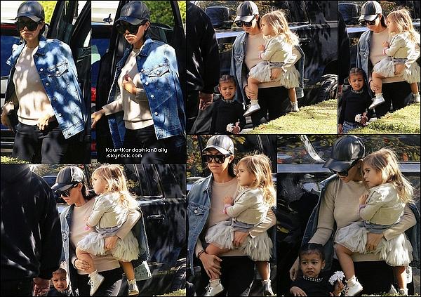 . 13/12/2o15 : Kourtney a emmené Penelope & North à une « Fête d'Anniversaire » - à Beverly Hills. ● Kourtney porte une Casquette Neil Barrett, une Veste JBrand à 290¤, un Top Inhabit à 305¤ & un Pantalon JBrand à 245¤.  .