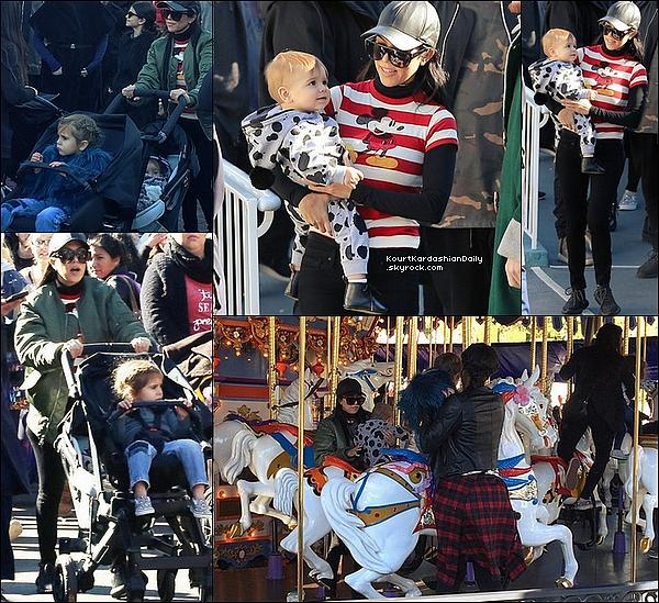 . 14/12/2o15 : Kourtney a emmené Mason, Penelope & Reign au parc « Disneyland » - à Anaheim. ● Kourtney porte une Casquette Neil Barrett, une Veste Adidas Yeezy à 1600¤, un Pantalon JBrand à 245¤ & des Baskets Adidas.  ● Penelope porte une Veste Appaman.  .