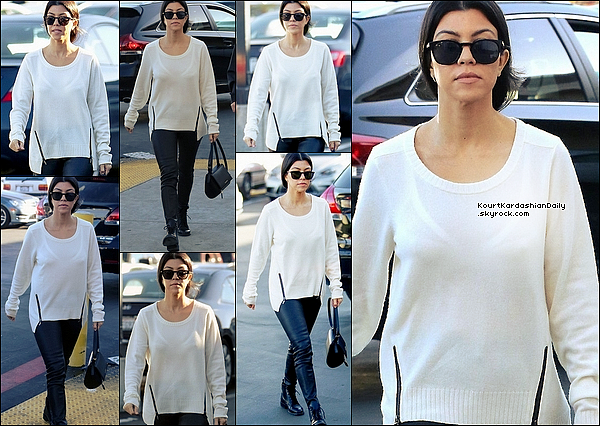 . 23/12/2o15 : Kourtney est allée au magasin de jouets  « Toy's R Us » - à Los Angeles. ● Kourtney porte un Pull Feel The Piece à 300¤, une Pochette Givenchy à 1635¤  & des Bottines Yves Saint-Laurent.  .