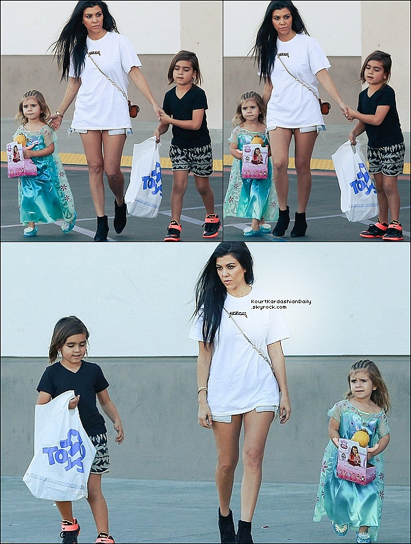 . 29/o2/2o16 : Puis, Kourtney a emmené Mason & Penelope à « Toy's R Us » - à Calabasas. ● Kourtney porte un Sac Chloé à 865¤, un Short One Teaspon à 100¤ & des Bottines Yves Saint-Laurent à 675¤.  .