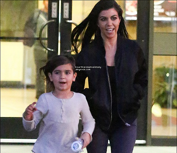 . o1/o3/2o16 : Plus tard, Kourtney & Mason ont été vus quittant un « Magasin » - à Los Angeles. ● Kourtney porte un Top Rick Owens à 155¤, un Jeans JBrand & des Bottines Yves Saint-Laurent.  .