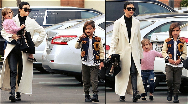 . o5/o3/2o16 : Kourtney, Mason & Penelope sont allés « Déjeuner au Restaurant » - à Calabasas. ● Kourtney porte des Lunettes Yves Saint-Laurent à 315¤, un Manteau Michelle Mason à 810¤ & des Bottines Yves Saint-Laurent.  ● Penelope porte des Chaussures Chanel.  .
