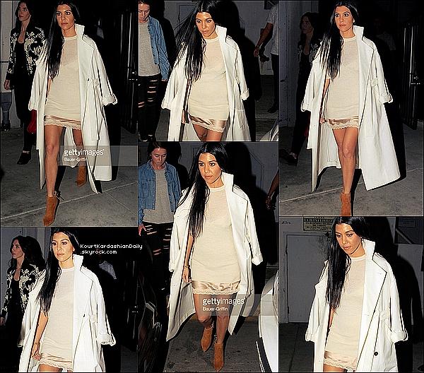 . o2/o3/2o16 : Le soir, Kourtney a été vue quittant une « Fête » - à Los Angeles. ● Kourtney porte une Robe Stella Mc Cartney à 270¤ & des Bottes Stuart Weitzman à 455¤.  .