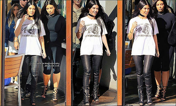 . o9/o3/2o16 : Kourtney, Kim & Jonathan sont allés déjeuner à « Hugo's Restaurant » - à Wes Hollywood. ● Kourtney porte un T-Shirt Local Authority à 130¤, un Pantalon ATM à 1105¤ & des Bottines Stuart Weitzman à 545¤.  .